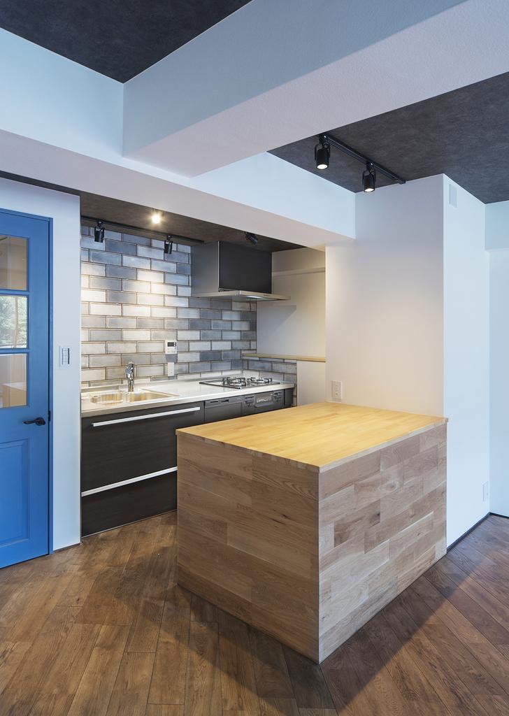 【キッチン】 床と同じ、天然無垢材『オーク』を使用したキッチンカウンター。本物の木材を利用した暖かみのある場所には、家族が自然と集まります。