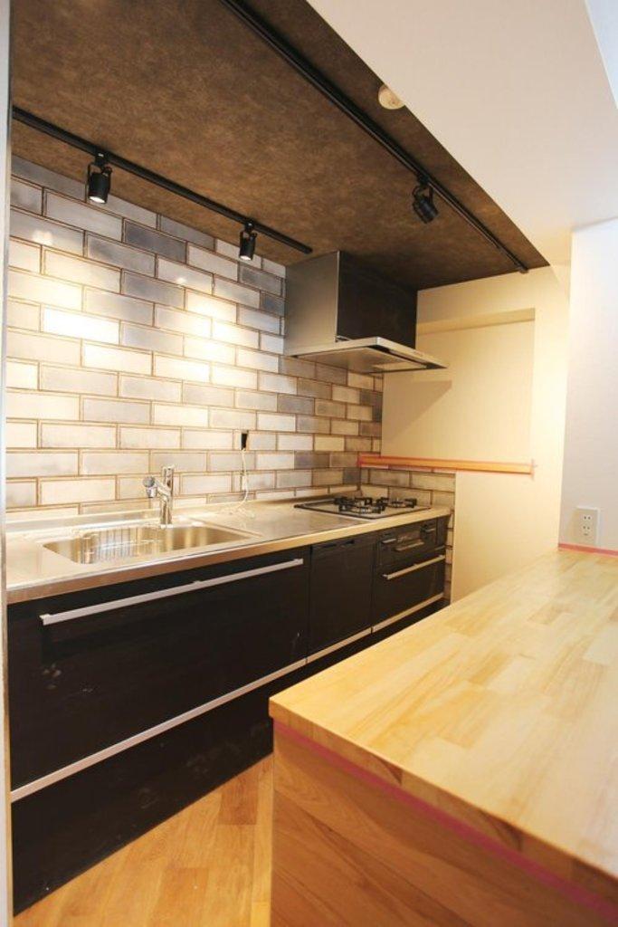 【キッチン】 作った料理をちょっと置いておけるⅡ型のキッチンは、使い勝手が◎。本物のタイルとスポットライトがクラス感をアップさせます。