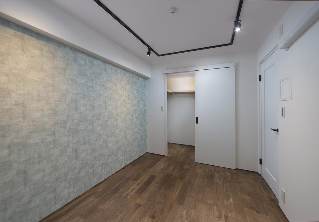 【洋室】約5.2帖  壁面にアクセントクロスを採用。表情が豊かになるだけでなく、奥行きや立体感が生まれます。一般的な居室には単体のシーリングライトが多い中で、レールのスポットライトを採用。