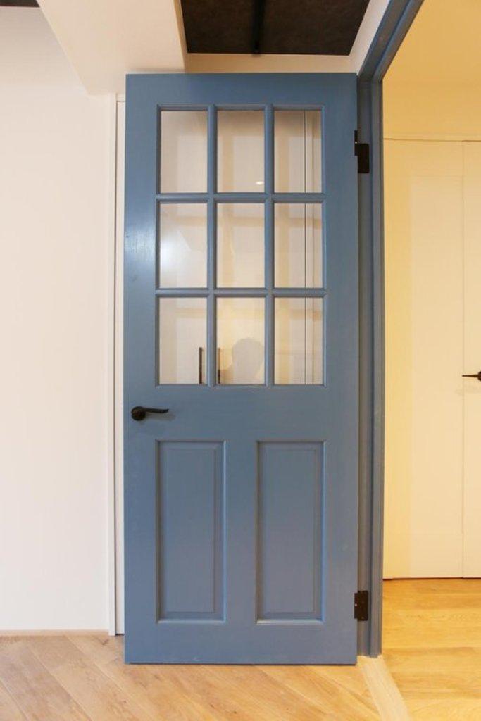 【オリジナル リビングドア】 木材×ガラスを使用したオリジナルリビングドア。レトロで可愛らしいデザインに仕上がりました。