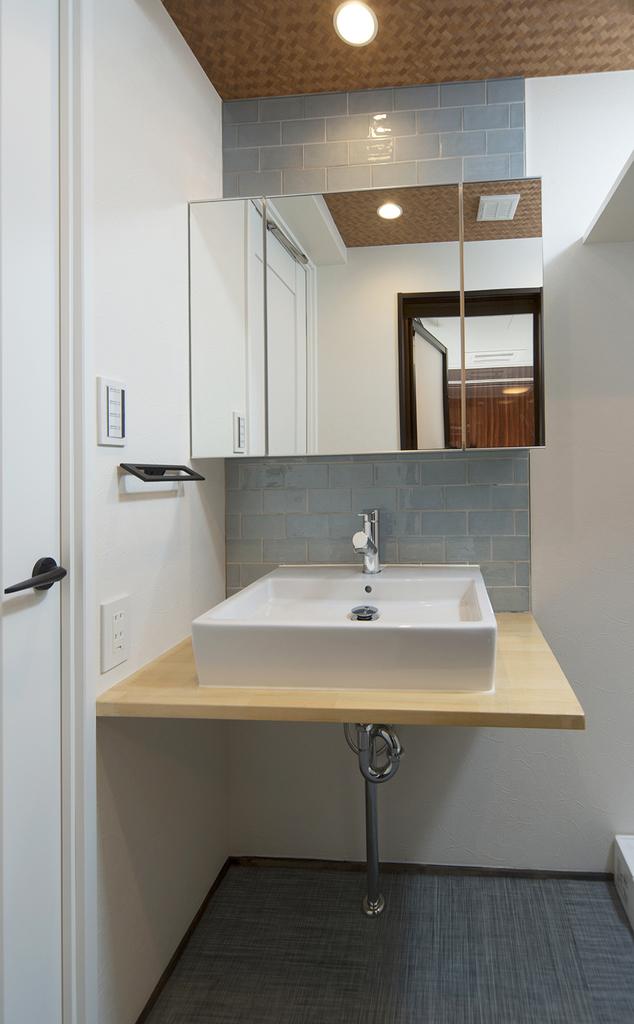 【洗面室】 ハンドクラフトカウンターでスッキリとした洗面台。膝を曲げて腰をとしてたてるだけで、長時間利用した時の疲労感も柔らかくなります。