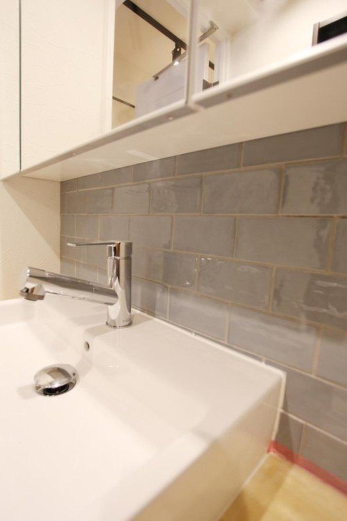 【洗面台】 レトロな印象のタイルをしようして可愛らしい印象に仕上げました。
