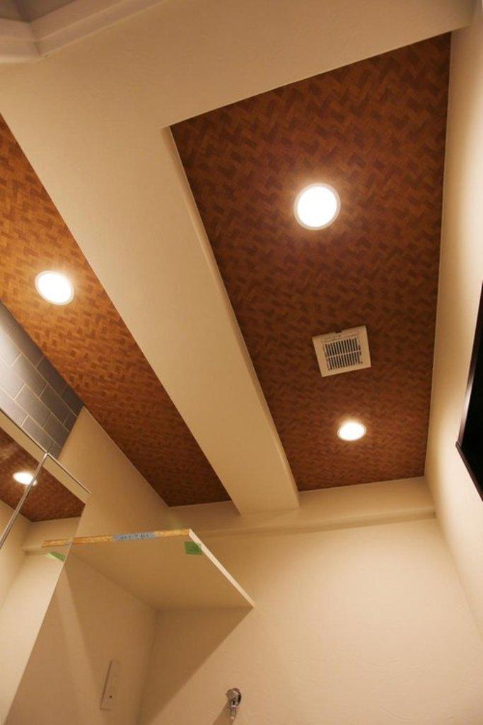 【天井クロス】 デザイナーのこだわりは天井にも。居室以外の天井全て(洗面所、リビング、キッチン)にデザイン性に富んだクロスを採用しています。