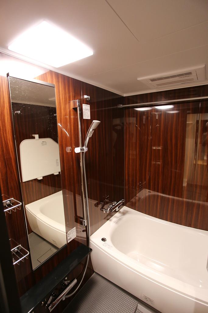 【バスルーム】 木目調のラグジュアリーなバスルーム。機能も充実しており、リラックスタイムを演出します。