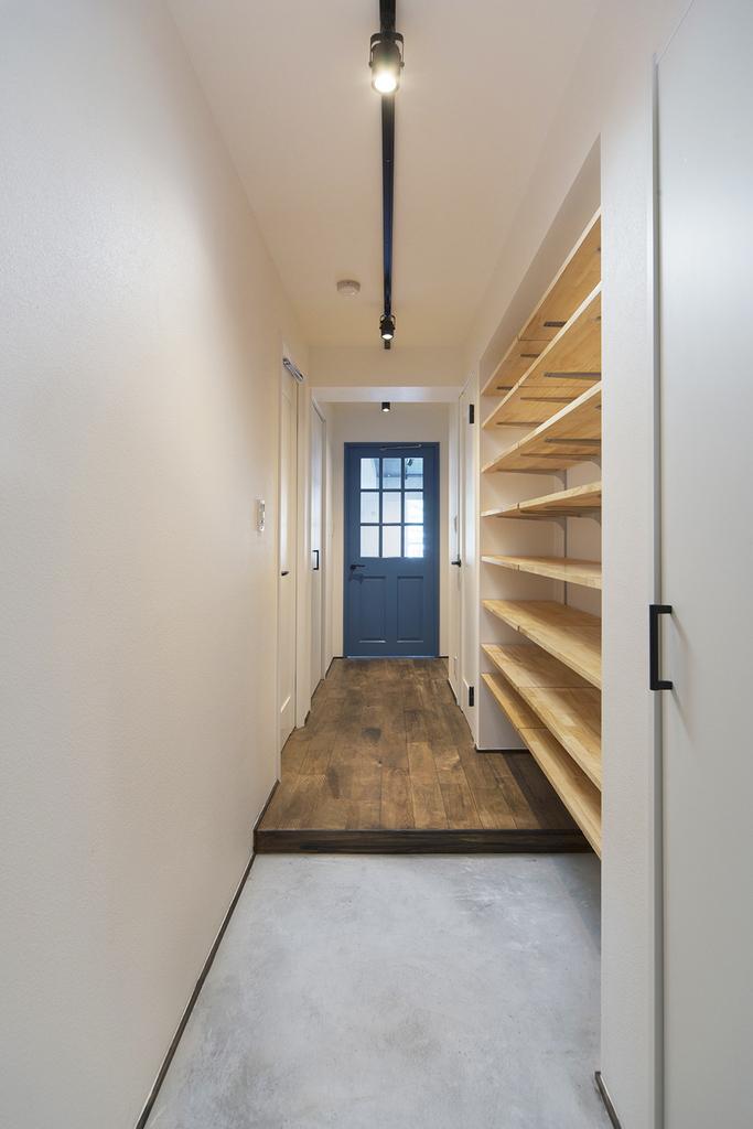 【玄関】  最大48足収納できる靴棚付き。 棚の高さも変えられるので、ブーツもすっきり収納できます。