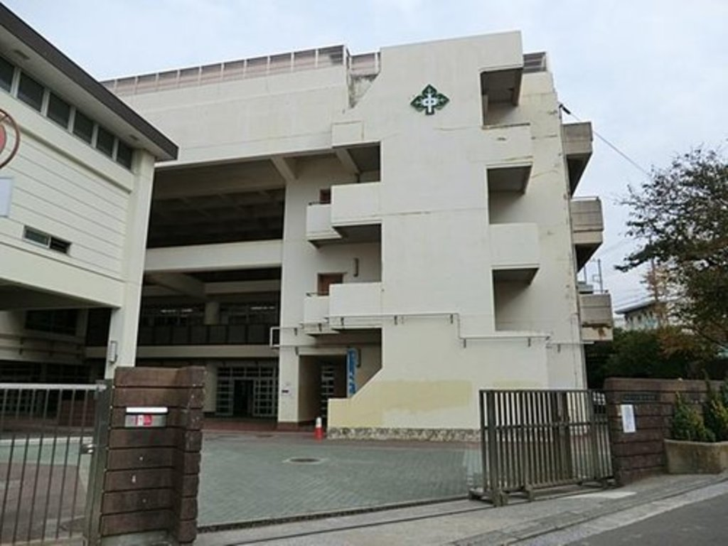 横浜市立森中学校まで1643m