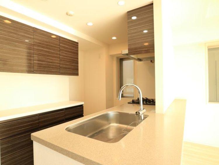 【クレヴィア駒沢大学】H24年築~スタイリッシュモダンなマンション~南東角部屋のキッチン画像