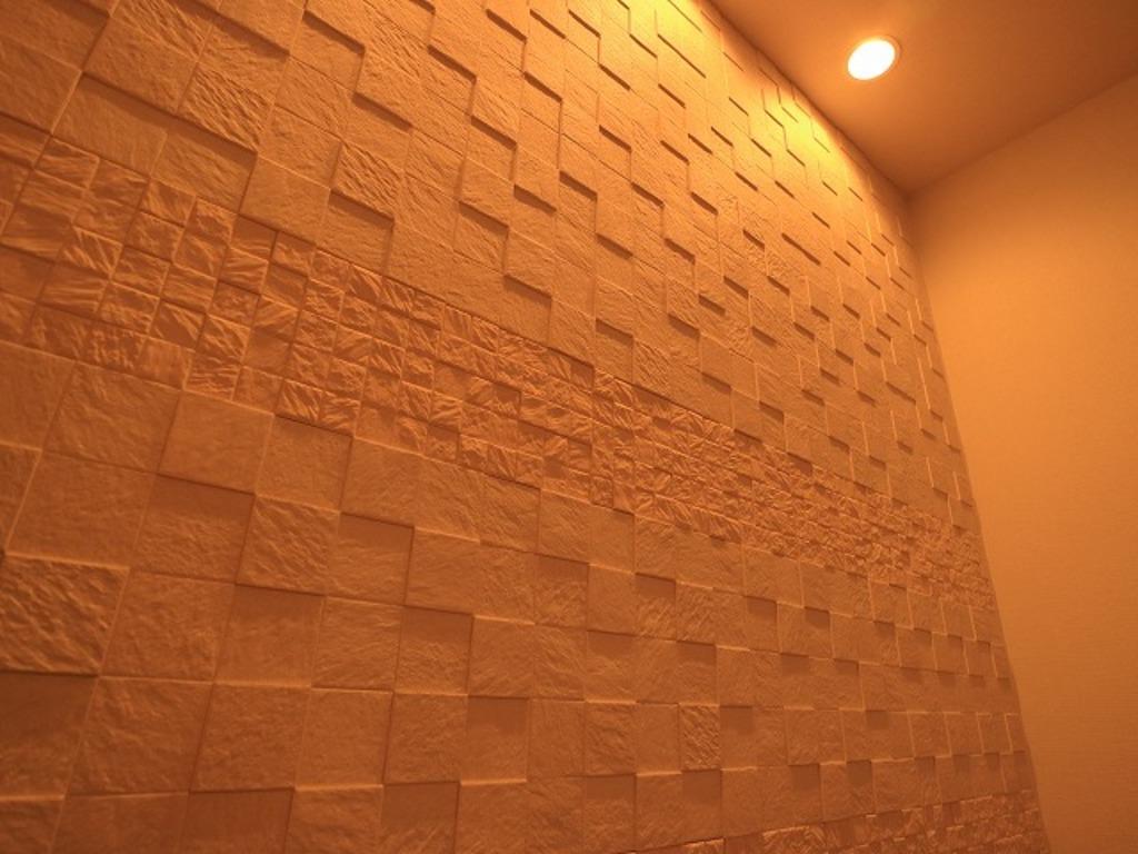 ~Living room~ 快適に生活していただく為に、余分な湿気を吸収する「エコカラット」をLDKに設置。家ではリラックスをしてくつろいでいただきたい。そんな思いを込めてリノベーションしました。