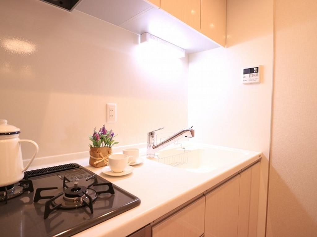 ~Kitchen~ リビングと一体化した壁付キッチンは、家事をする奥様とリビングにいるご家族を優しくつなぎます。おしゃべりは絶やすことなく、小さなお子様を見守ることもできる機能的なキッチン。