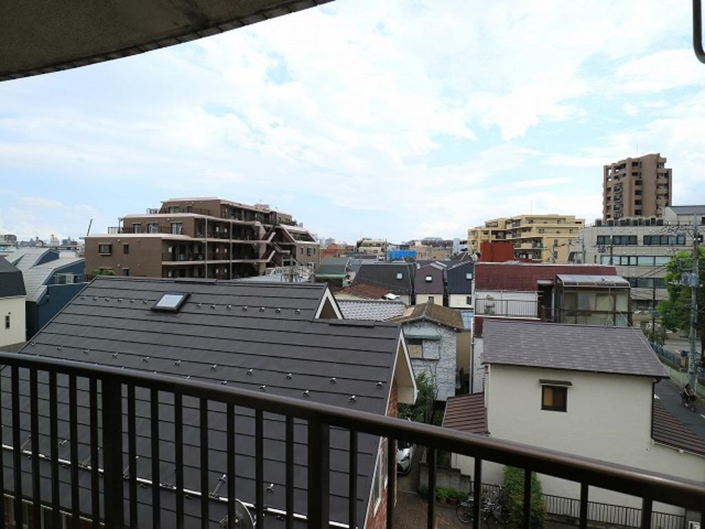 ~View~ 南向きの住宅からの眺望は遮る建物のない景色。燦々とした日差しがリビングに入り込み、健やかな新生活が期待できそうです。