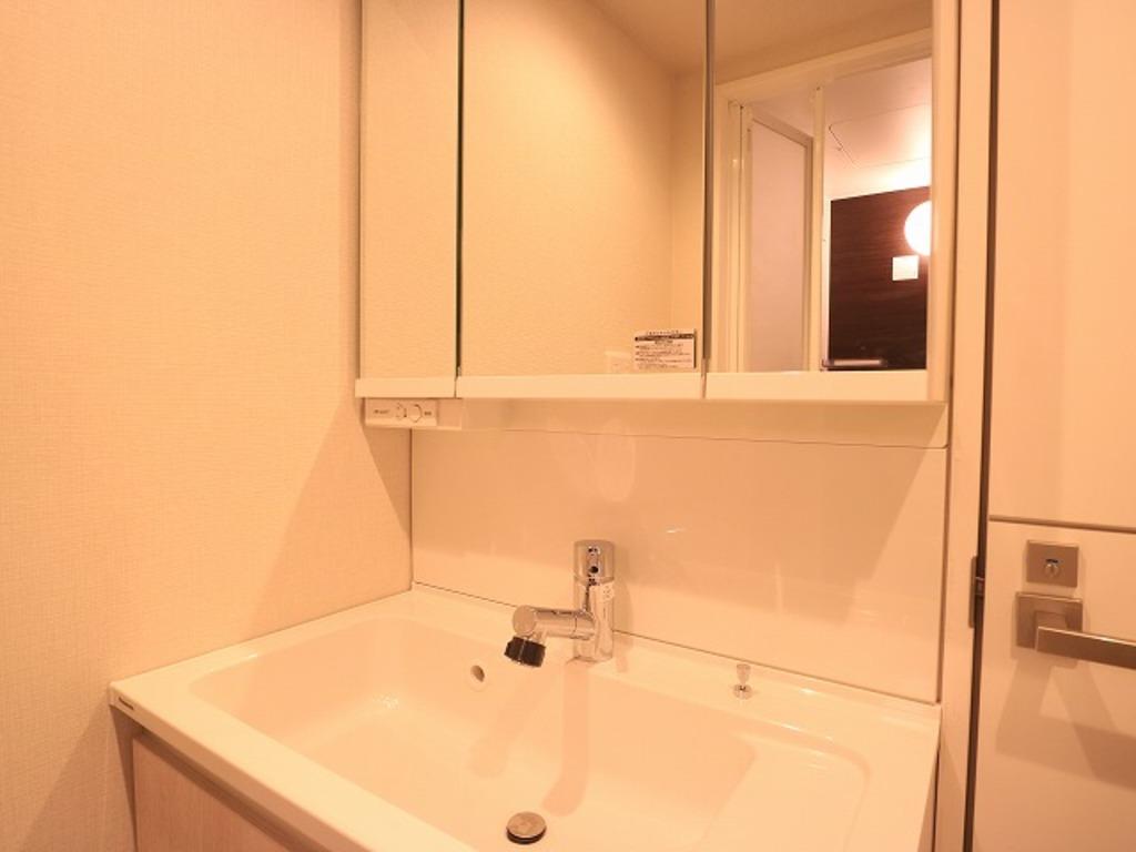 ~Vanity room~ 三面鏡の付いた洗面化粧台は、鏡面裏側にも機能的な収納を配置。普段使いの洗面小物やスキンケア用品などが衛生的に保管できます。