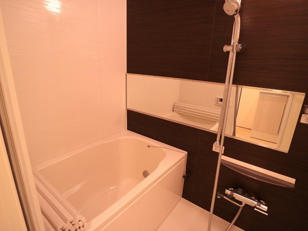 ~Bathroom~ 一日の疲れを癒してくれる場所なので、快適に過ごして頂く為にゆったりサイズのバスタブを用意しました。是非半身浴をお楽しみ下さい。