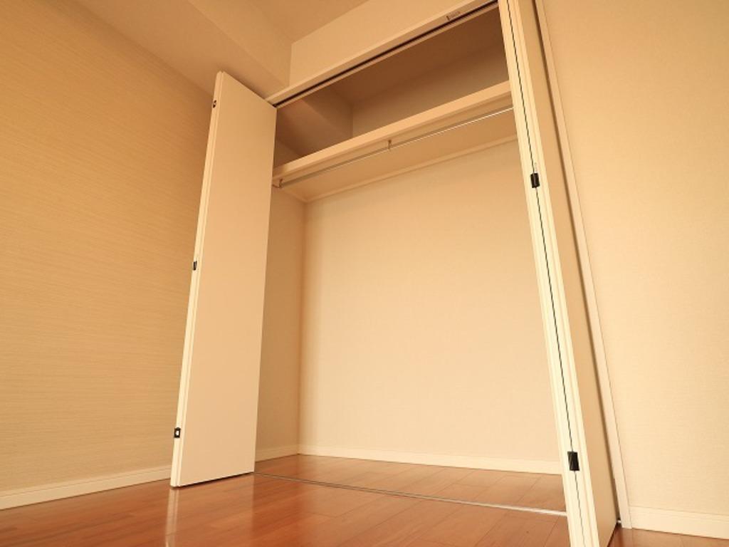 ~Closet~ 各居室にクローゼットをご用意しております。洋服をしまう整理ダンスなどを置かなくてもいいので、その分お部屋を広く使うことができますね。