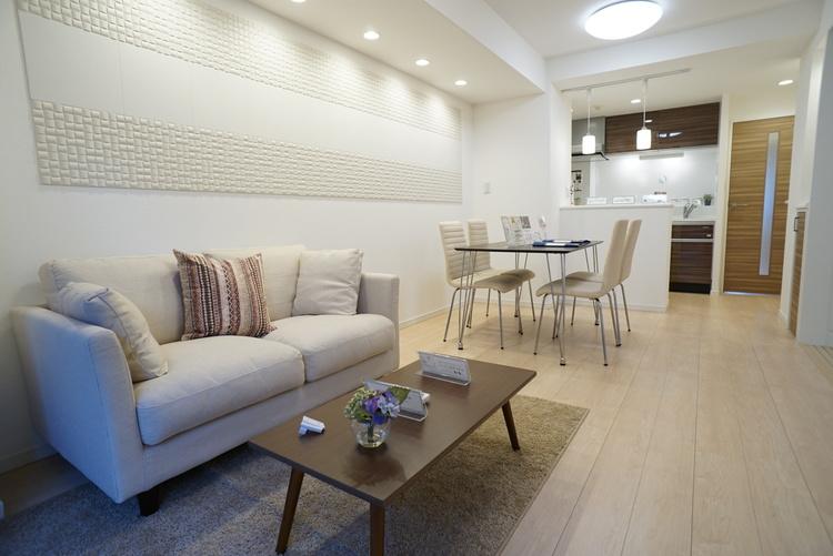 リノベーション済みのリビング。 家具設置済みのため、住むイメージがしやすい。