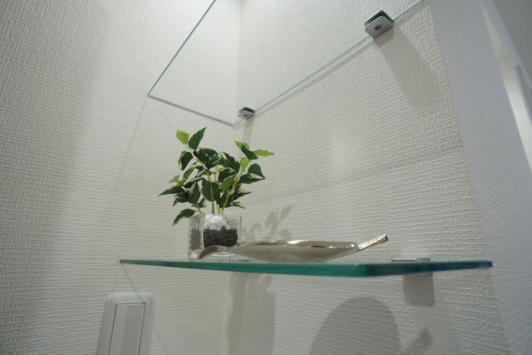 ガラスの棚。 小物までもオシャレな空間演出へ。