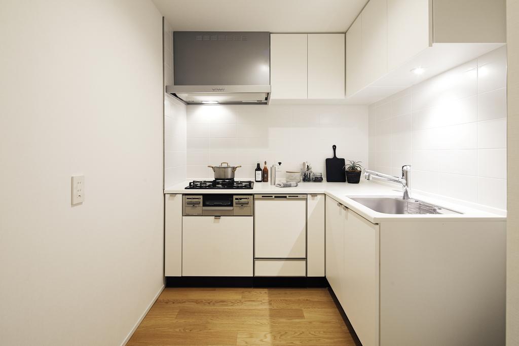 タイル貼りのキッチンには、床下収納がついています。