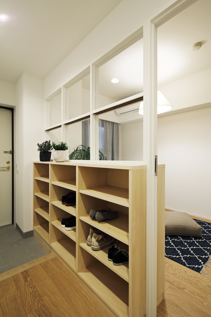 室内窓の下に作った下足入れは、多くの靴を収納することが可能。
