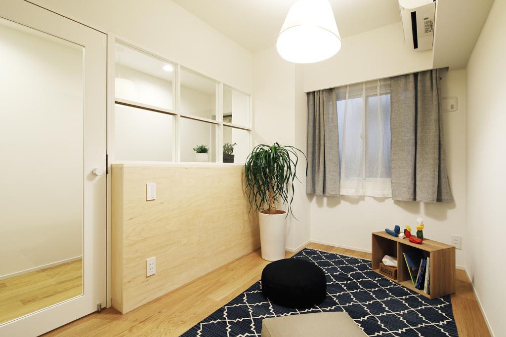 洋室との間に室内窓を設置することで、光の通るお部屋に。
