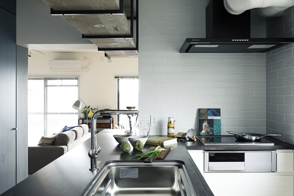 シックな色合いが特徴的なL字型カウンターキッチン。スペースを有効的に利用した使い勝手も良好です。※403号室モデルルーム写真