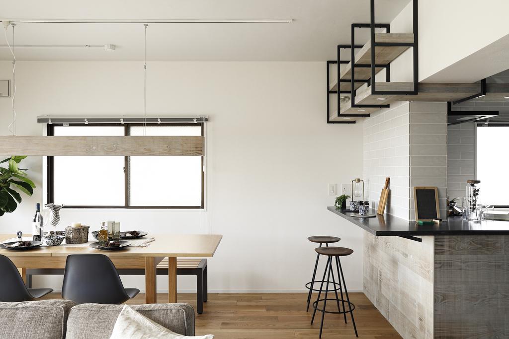 ダイニングとカウンター。使い分けのできる贅沢なスペースです。※403号室モデルルーム写真