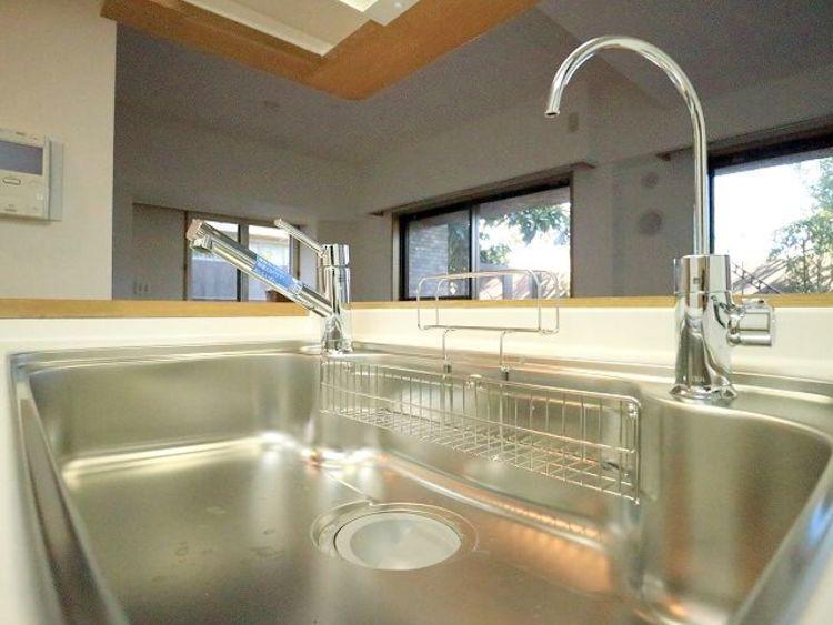 キレイなお水がいつでも、安心して飲める浄水器。シンクまわりもすっきりとまとまり水栓のデザインもオシャレです。