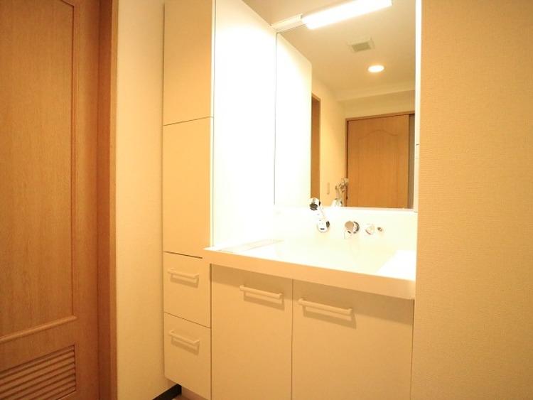 洗面室には便利な収納棚があります。タオルや下着、シャンプーやボディソープの換えも置くことができますね。