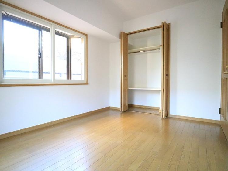 大きな窓からたっぷりと陽光が注がれる明るい空間。一日の疲れを癒してくれる寝室。時を忘れて過ごす場所としてお部屋にクローゼットをご用意。快適なプライベート空間となっています。