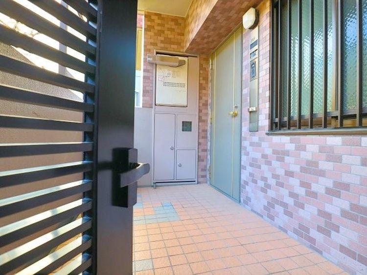 各住戸へと向かう廊下は、落ち着きと上質に満ちています。スポット照明がやさしく廊下を照らし出し、心をリラックスさせ、それぞれの私邸へと誘います。
