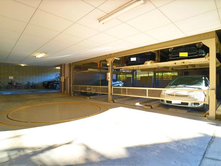 ターンテーブルを配した立体式駐車場。月額19.000~22.000円。