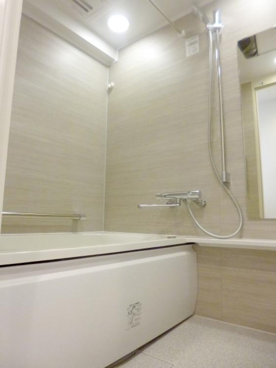 清潔感のある明るい色のキッチンです。1115サイズです。浴室乾燥機が設置されておりますので、雨の日にも安心してお洗濯ができます。
