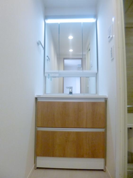 三面鏡の裏が棚になっており、コンパクトながら収納力があります。ドレッシングルームとして脱衣所とトイレが一体になっています。