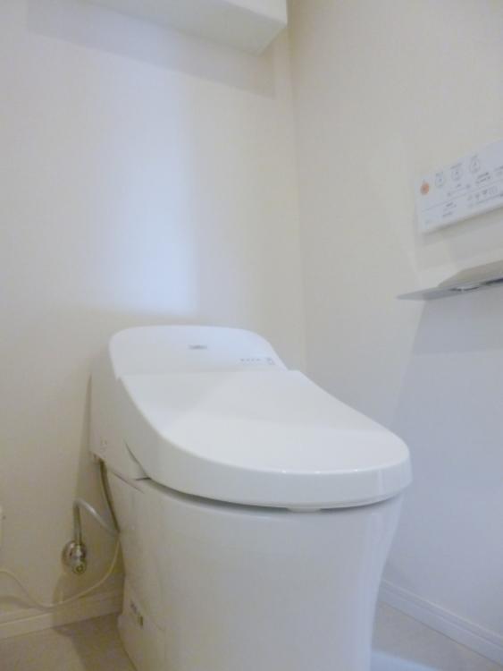 ドレッシングルームには吊戸もあり、小物をしまうことができます。TOTO製の温水洗浄便座が設置されています。