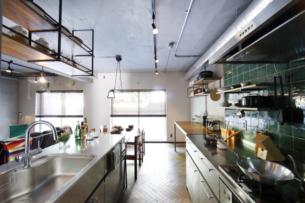 キッチン収納は魅せる吊戸。お気に入りの食器や珍しい食材はここへ