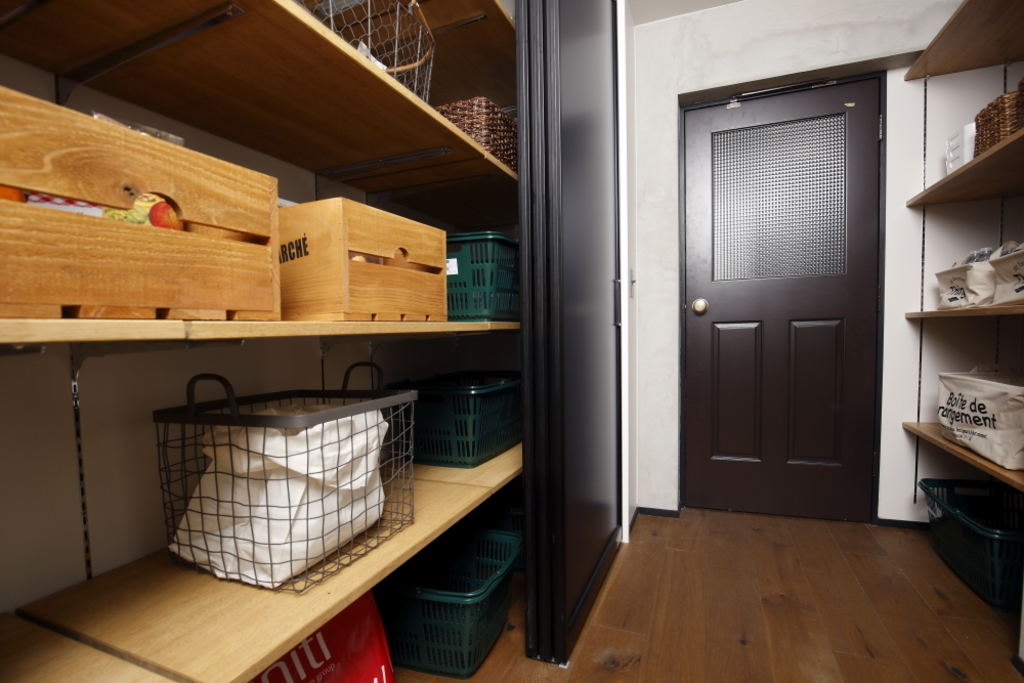 キッチン横には約2.5畳の広々としたパントリー。食材はもちろん、日用品もここに収納すればお部屋はスッキリ!冷蔵庫置場もあるので、LDKから生活感を隠せます。