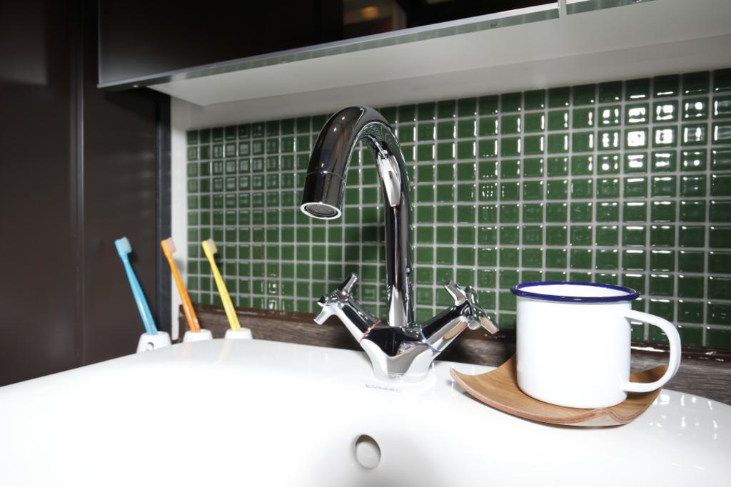 洗面のタイルもキッチンと同色。水栓デザインもヴィンテージ感が☆