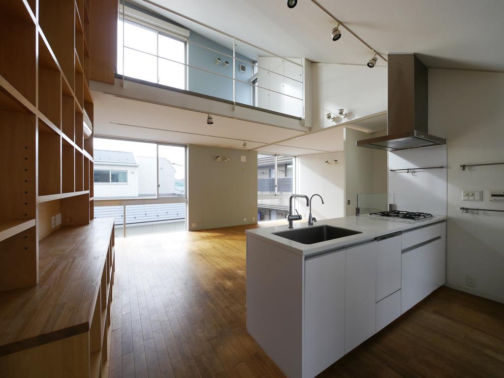 キッチンとリビングダイニング。主要階は2階で、吹き抜けで3階のベッドルームと繋がっています。